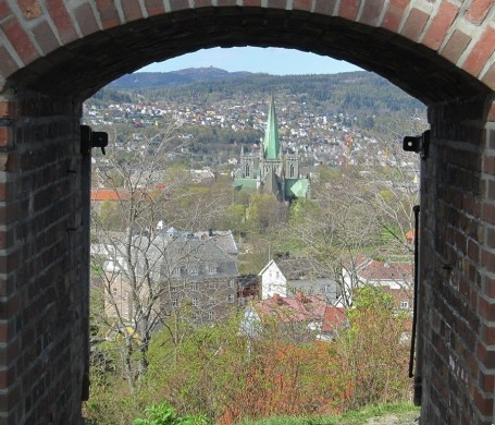 Trondheim fra en dør i festningen 900