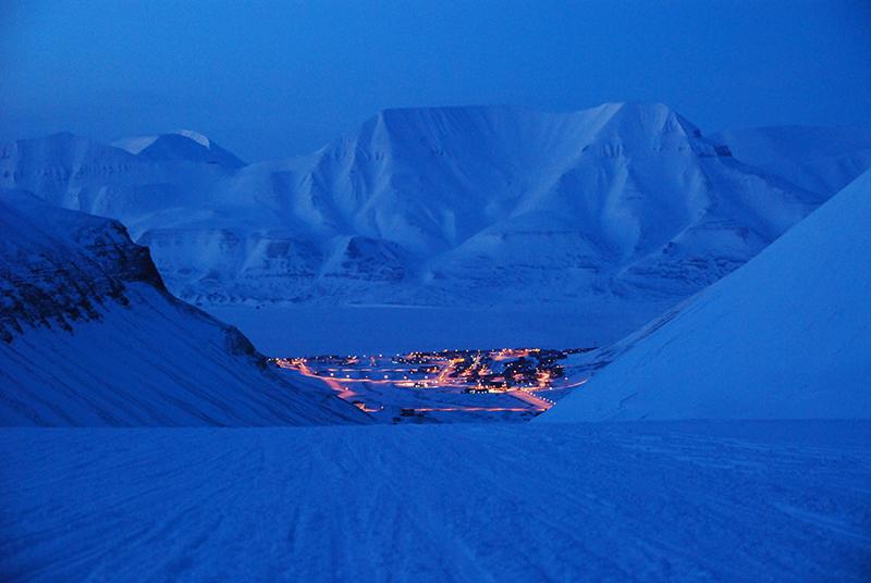 Ellinor Rafaelsen bodde mange år i Longyearbyen på Svalbard, ble betatt av naturen, dro på turer, fotograferte og skrev serien Polarnetter.