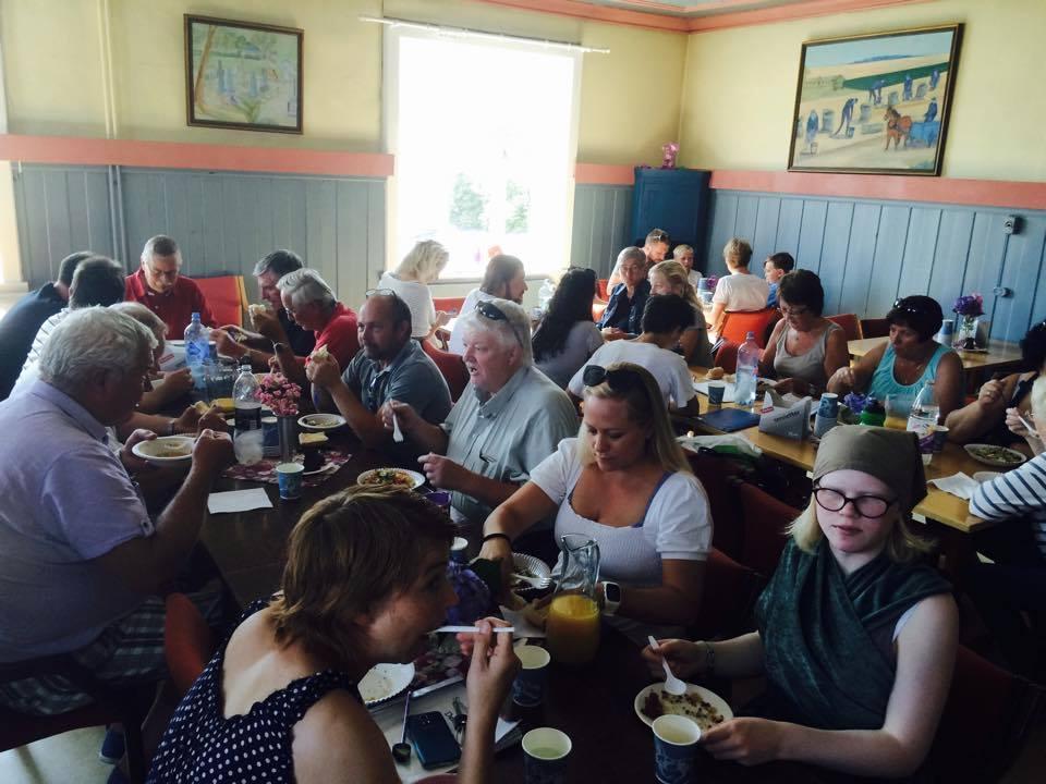 Hver dag i innøvings-og forestillingsperioden serveres middag til alle involverte. Det er fint å samles over et måltid mat, det gir god stemning og styrker fellesskapet.