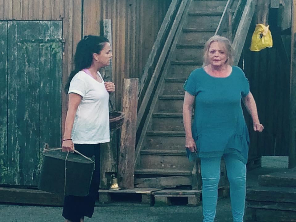 Hilde Lyrån og Ellen Nikolaysen, som har sentrale roller i sommermusikalen, skaper mye latter på øvelsene.