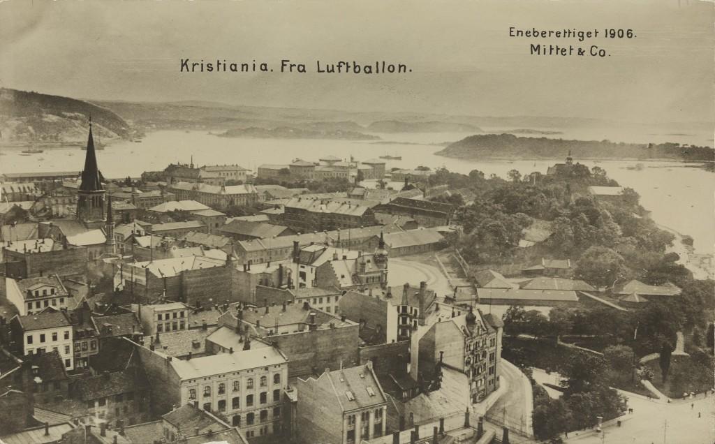 Utsikt-mot-Akershus-festning-Festningsplassen-og-Kontraskjaeret.-Til-venstre-i-bildet-sees-Johanneskirken-som-ble-revet-i-1928.