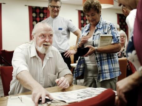 Willy Ustad signerer første bok i serien. Foto: Simon Aldra.