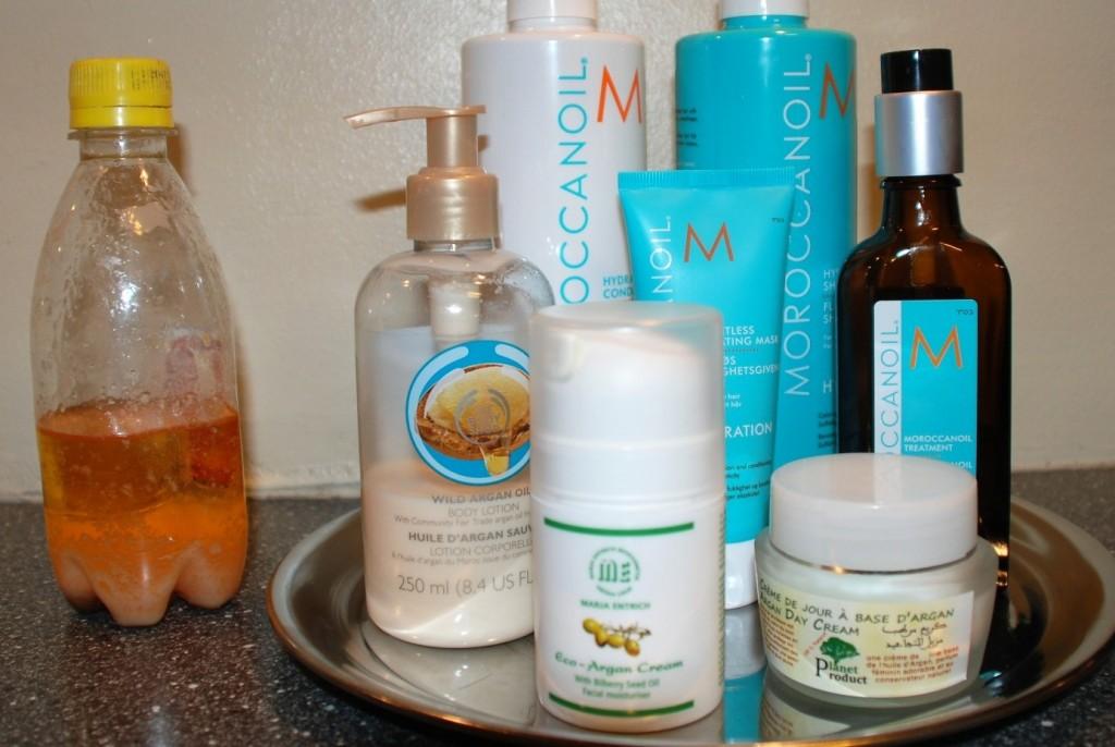 Flasken til venstre inneholder 100 % arganolje beregnet for bruk i kosmetikk eller til massasje.