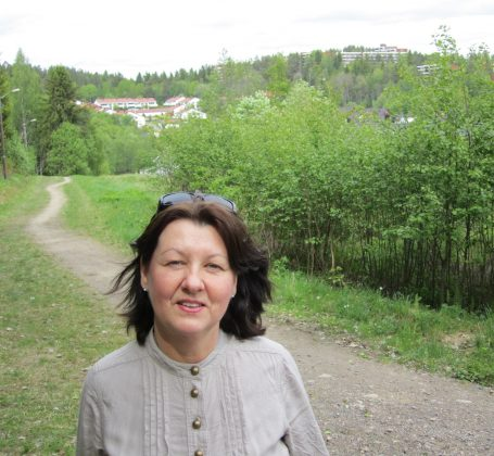 Forfatter Synnøve på stien hvor Laura rir fra Østenfor sol mot Lutvann.
