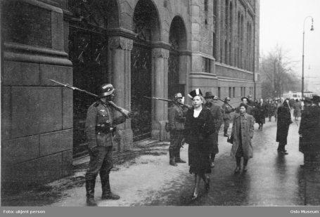 Tyske soldater vokter Stortinget. Foto: ukjent person / Oslo Museum