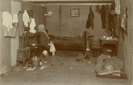 En arbeidermor med to småbarn. Foto: Ukjent fotograf / Norsk Teknisk Museum
