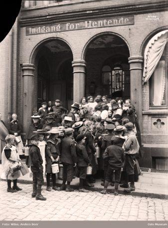 Fattigdommen var stor. Her står folk i kø for å få billig mat. Foto: Wilse, Anders Beer / Oslo Museum
