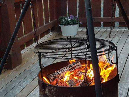 Lys og varme fra ilden om kvelden.