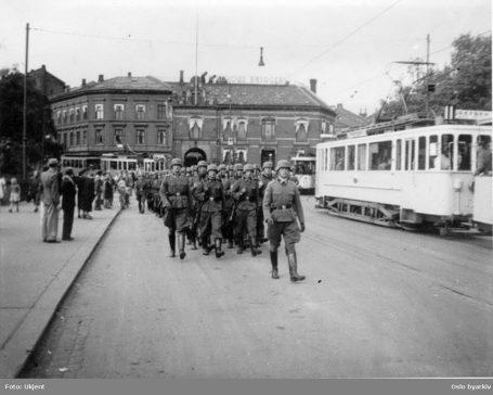 Tyske soldater på Nybrua i Oslo. Foto: Ukjent / Oslo byarkiv