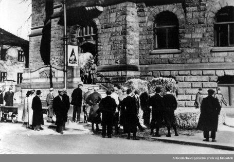 Tyske soldater inntar Regjeringsbygningen i Oslo, april 1940. Foto: Ukjent / Arbeiderbevegelsens arkiv og bibliotek