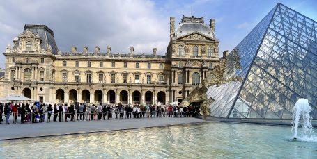 Med årlig mer enn ni millioner besøkende er det alltid kø for å komme inn i palasset hvor det har vært museum siden 1793.