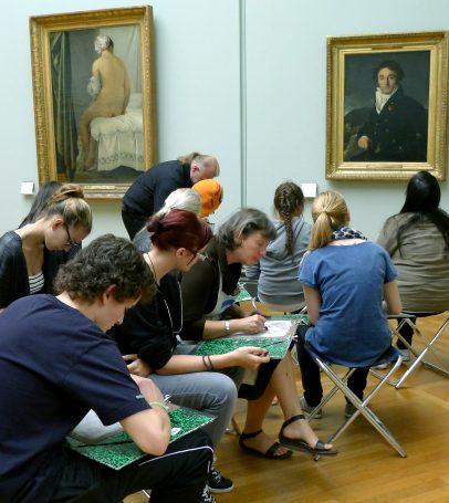 Kunststudenter oppsøker også i dag Louvre, for å forsøke å tilegne seg de gamle klassikernes teknikker.