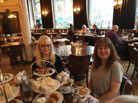Leser møter forfatter. Anne og Liv koste seg på historiske Café Christiania.