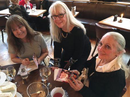 Rykende fersk bok: Vi overrasket vinnerne med hvert sitt eksemplar av Bare Maja 6 - fortsatt varm fra trykkeriet. Liv signerte villig!