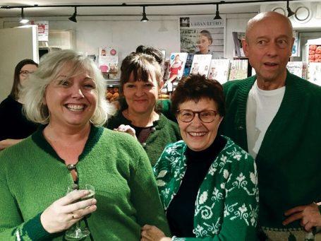 Elisabeth Hammer med sin Misteltein-kofte, Yvonne Andersen i skoggrønn Årringer-strikk, Bjørg Larsen Rygh og Tomas Algard i koftene Selje, begge inspirert av Sigrid Kundes Lokketoner.