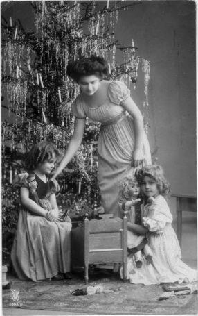 Jul i et overklassehjem i 1909. Det kunne gjerne ha vært fra Det engelske kvarter. Foto: Norsk Folkemuseum.