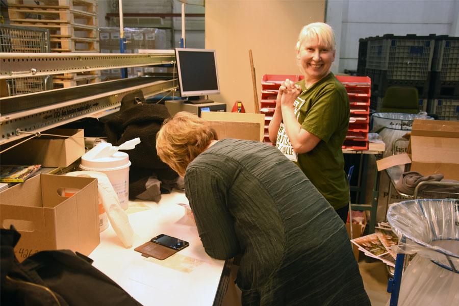 Elena Rinden pakker «Skyggespill». Så glad ble hun da forfatter Eva Stensrud kom på besøk og forærte henne en egen hilsen i boka.