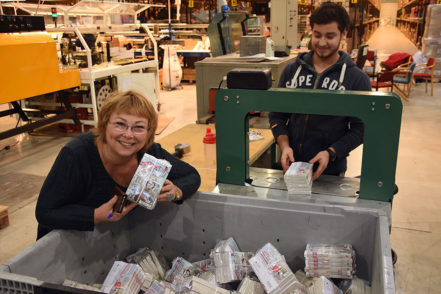 Juan Hernandez pakker bøker i bunter på fem, for slik vil Posten ha det. Disse skal til Spydeberg, kunne Eva konstatere.