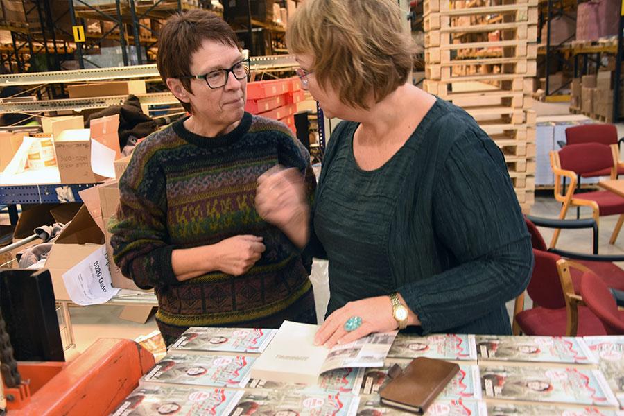 May Tove Pålerud har lest alle 60 bøkene i Evas «Storgårdsfolk»-serie, og får en signert bok og en hyggelig prat med forfatteren.
