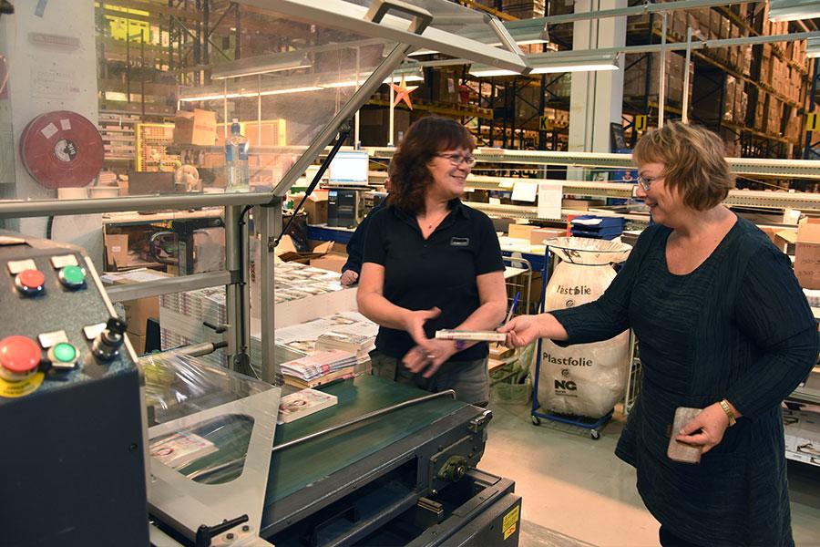 Eva fikk en innføring i hvordan plastemaskinen virker av Monika Steingrimsdottir.