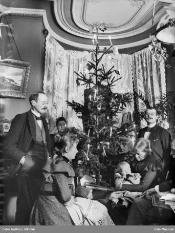 Familie samlet rundt juletreet i 1890-årene.