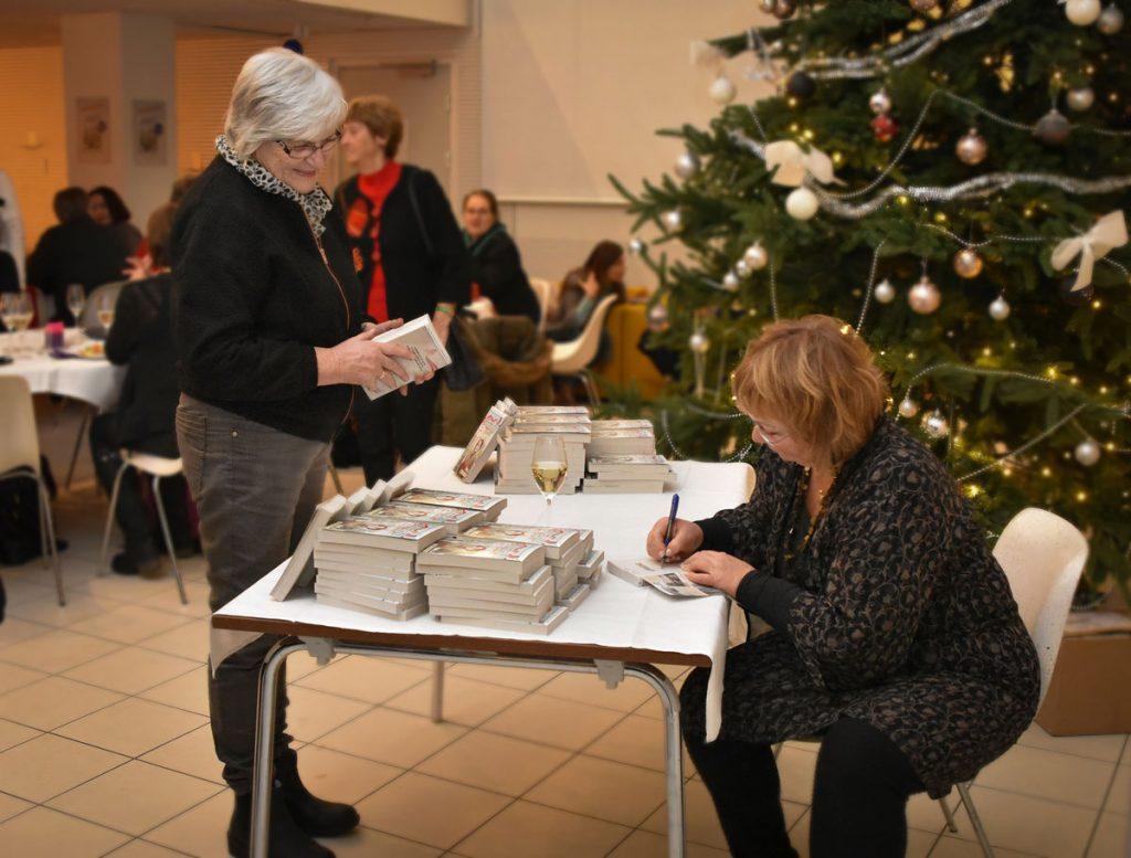 Eva signerte bøker til glade lesere