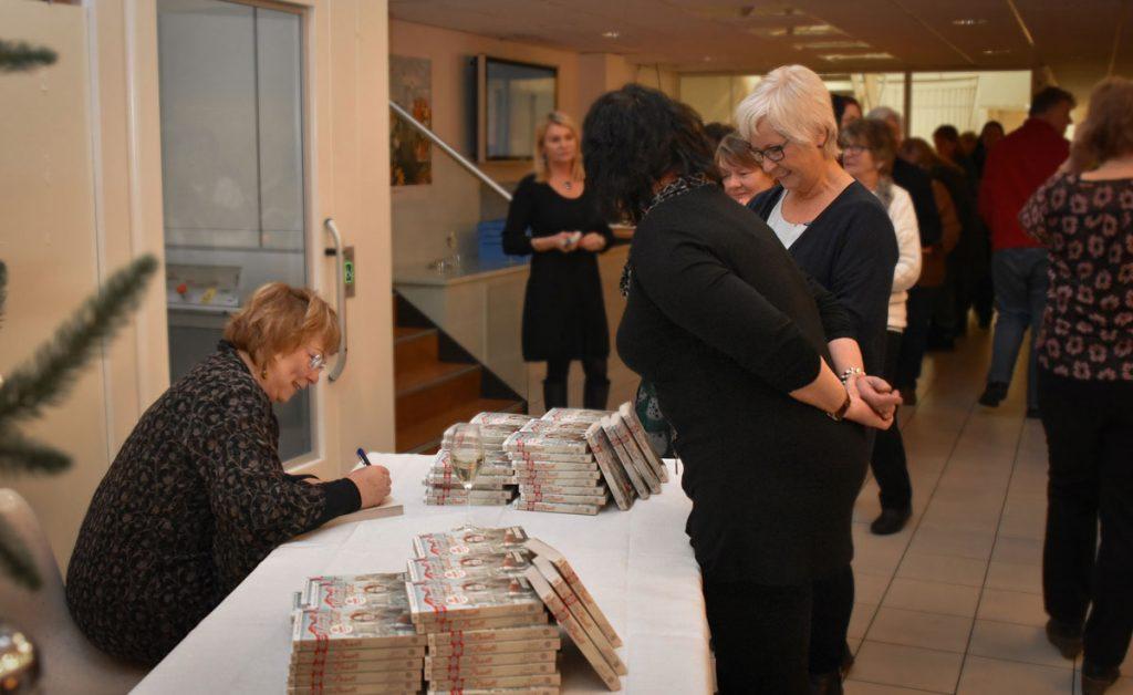 Signeringskøen var kjempelang – alle ville ha signert bok!